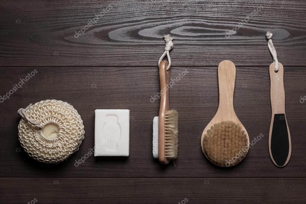 Ipastock accessori bagno sullo sfondo in legno marrone - Accessori bagno in legno ...