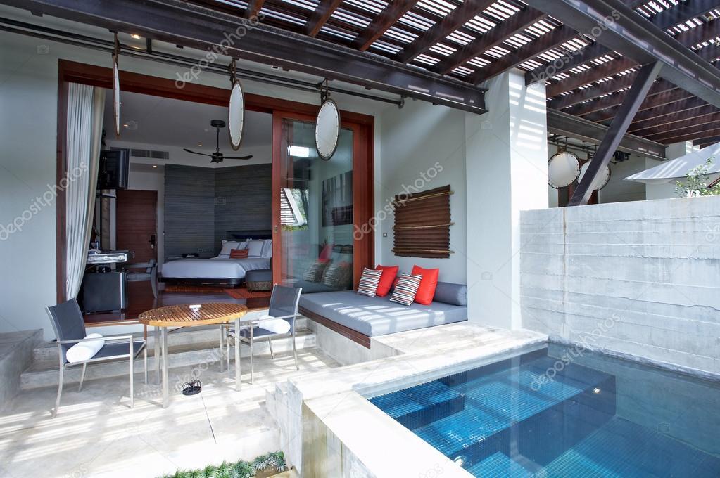 Ipastock immagine di estate moderna bella casa con piscina for Casa moderna bella faccia