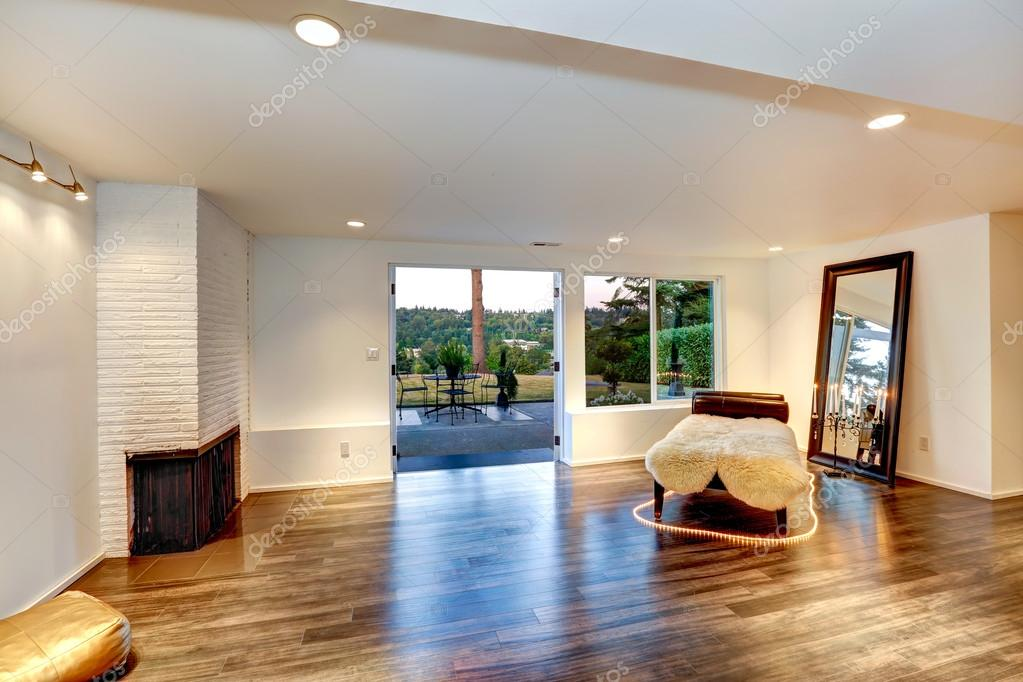 Ipastock soggiorno moderno con divano e specchio - Soggiorno con divano ...