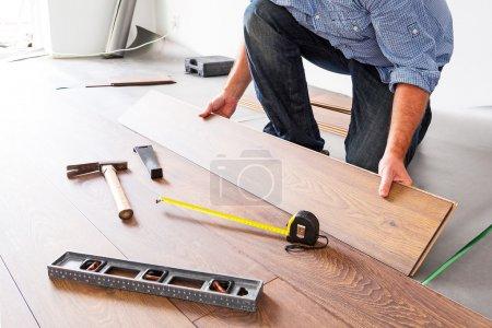 Nuovo pavimento in legno instalatio...
