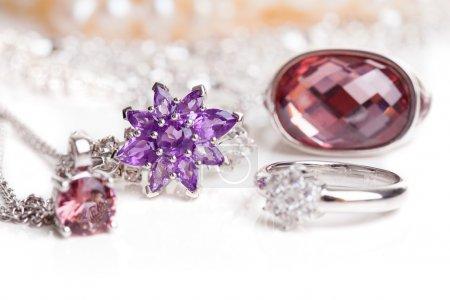 Close-up di gioielli con diamanti