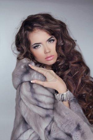 bella ragazza bruna indossa in pell...