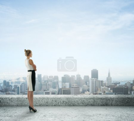 donna guardando la città