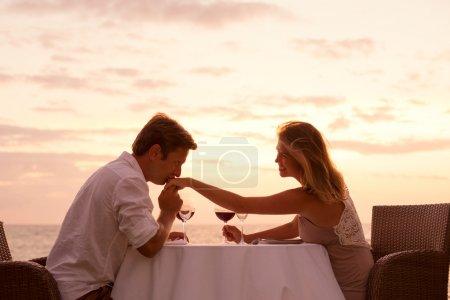 Coppie che godono sunnset romantica...