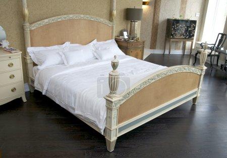 Ipastock camera da letto con letti e tavoli luce nella notte - Tavoli da letto ...