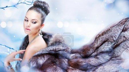Donna inverno in pelliccia di lusso