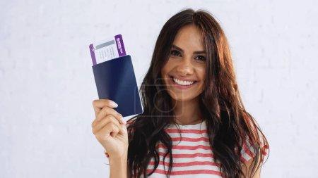 donna felice in possesso di passapo...