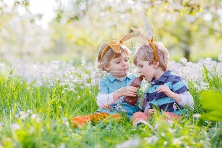 Ipastock due bambini indossando le orecchie del - Lettere stampabili del coniglietto di pasqua ...