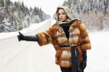bella ragazza in un cappotto di pel...