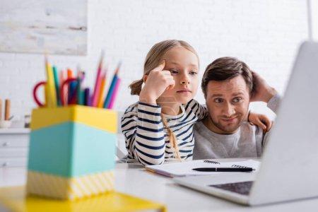 padre e figlia premurosi che guarda...