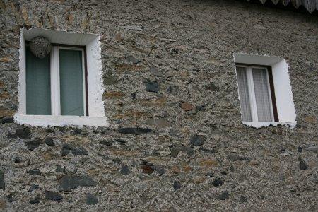 Ipastock finestra con nido di vespe - Nido api finestra ...