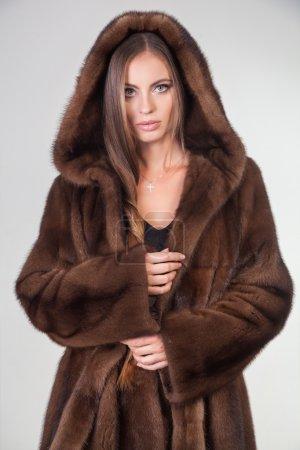 Bella donna che propone in cappotto...