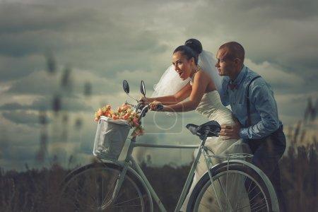 Sposa e sposo sulla bicicletta