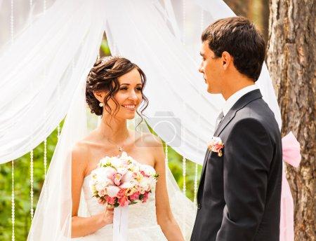 coppia di sposarsi durante una ceri...