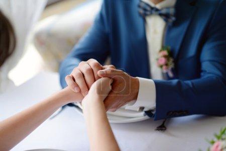 sposi, mano nella mano