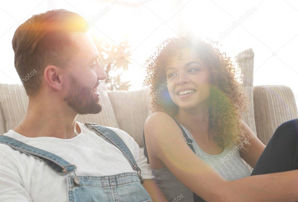 Ipastock sposi che si siede sul divano in un nuovo appartamento - Coppia di amatori che scopano sul divano ...