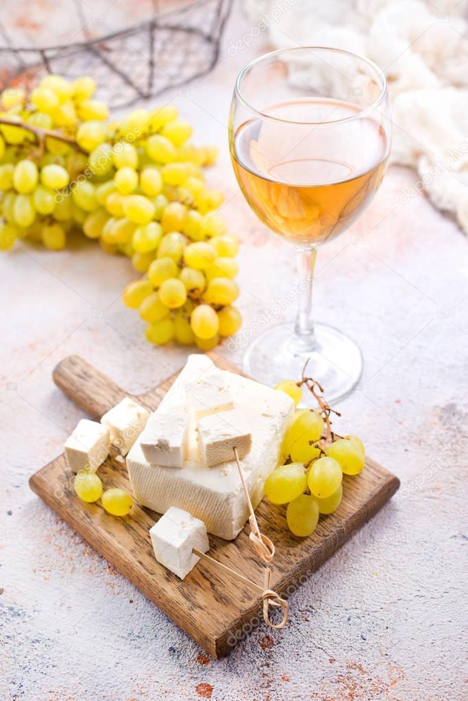 Ipastock vino e formaggio su un tavolo sulla tavola di legno - Un ampolla sulla tavola ...