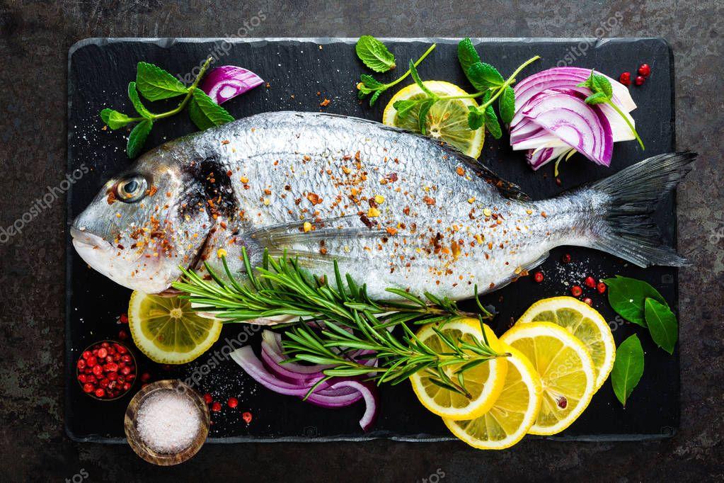 Ipastock fresco pesce dorado pesce crudo dorado e for Cucinare qualcosa di fresco