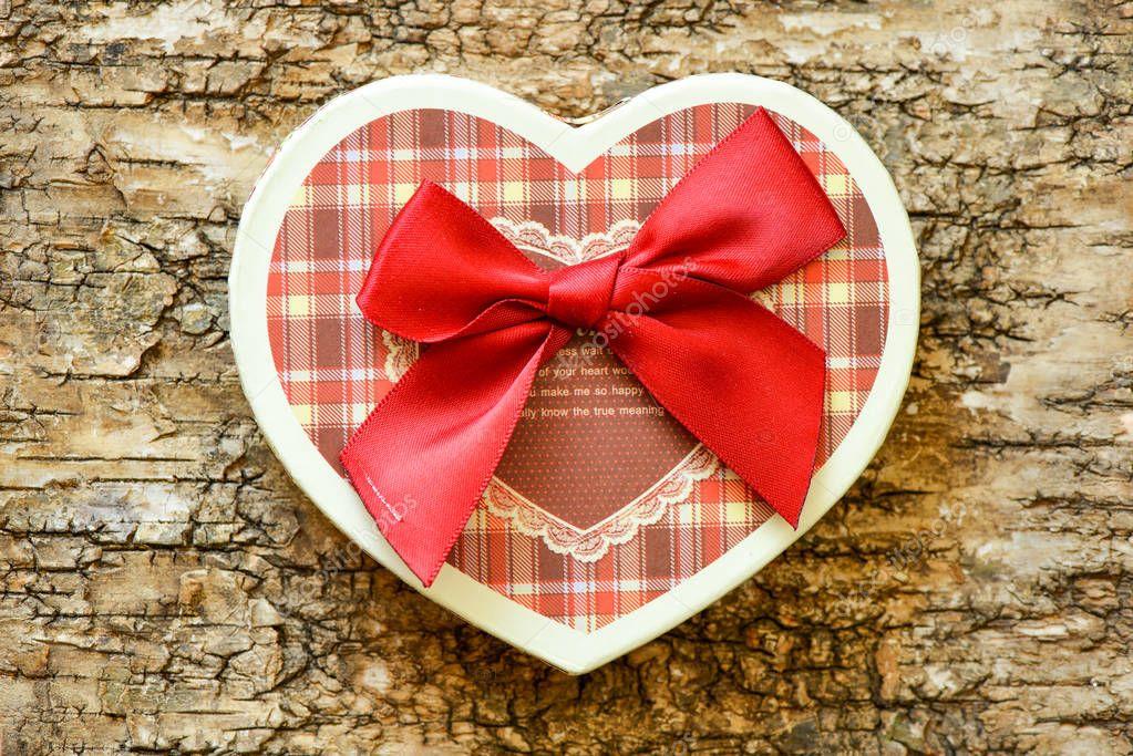 Ipastock cuore su un fondo di legno priorit bassa - Colore del giorno di san valentino ...