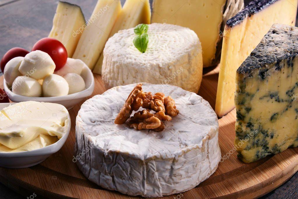 Ipastock diversi tipi di formaggio sul tavolo della cucina - Diversi tipi di figa ...