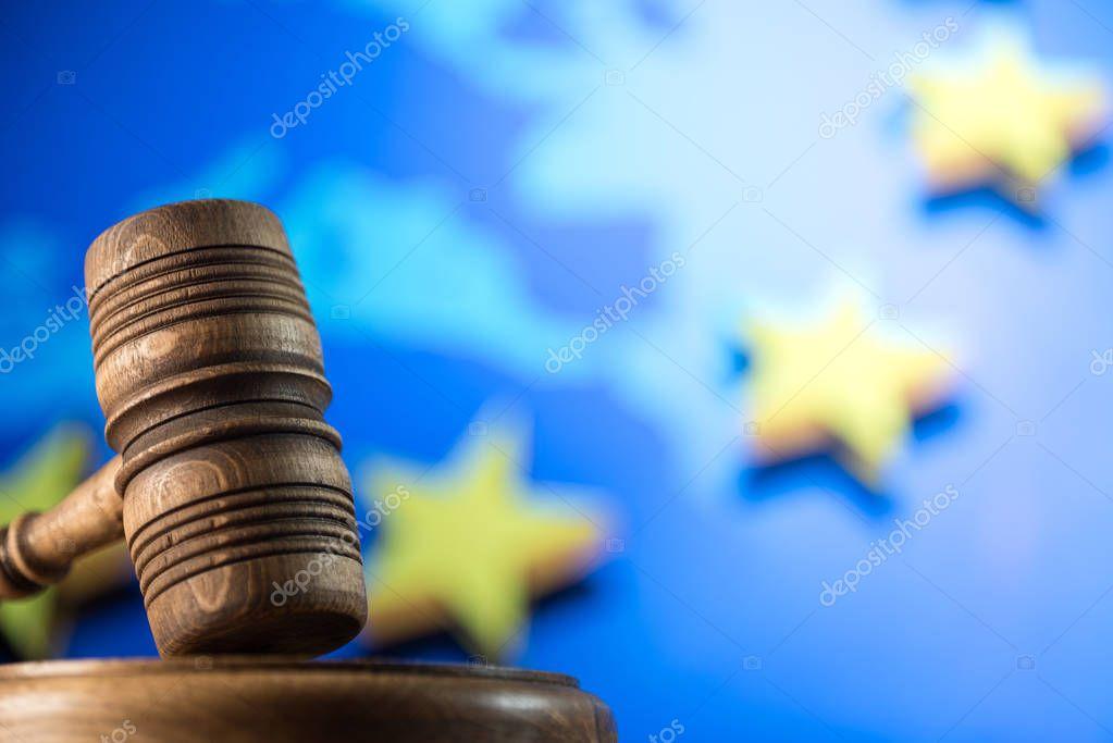 Ipastock simbolo della legge sulla bandiera di ue for Scrivania avvocato