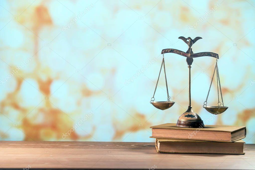 Ipastock simbolo della legge sulla scrivania dell 39 avvocato for Scrivania avvocato