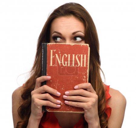 ragazza mostra un libro di testo in...