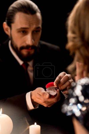 uomo proponendo alla donna