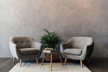 Poltrone grigi sul tappeto