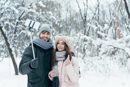 Coppie sorridenti prendendo selfie ...