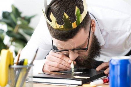 uomo d'affari con corona di carta s...