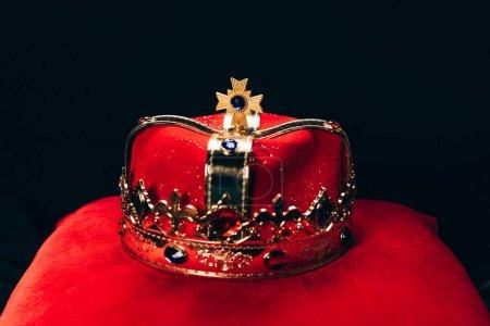 antica corona dorata con pietre pre...