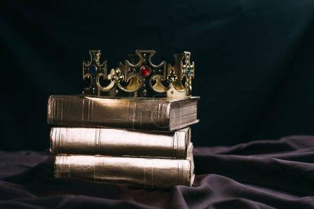 antica corona d'oro con pietre prez...