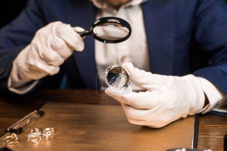 Vista ritagliata di gioielliere in ...