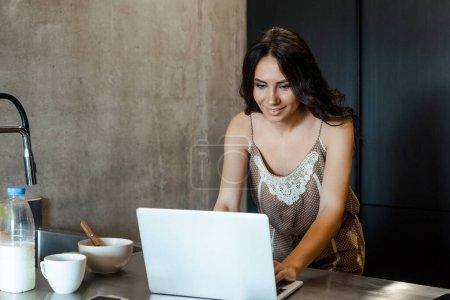bella donna utilizzando laptop dura...