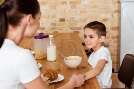 Focus selettivo di ragazzo e madre ...