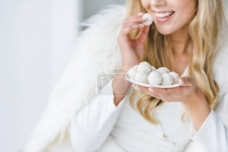 donna allegra mangiare caramelle