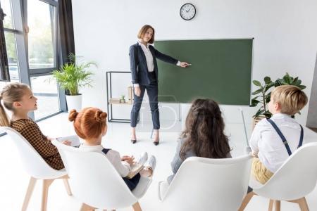 insegnante che spiega lezione agli ...