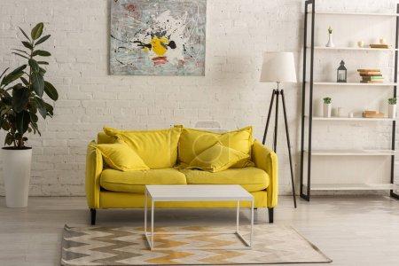 Interno con divano giallo in soggio...