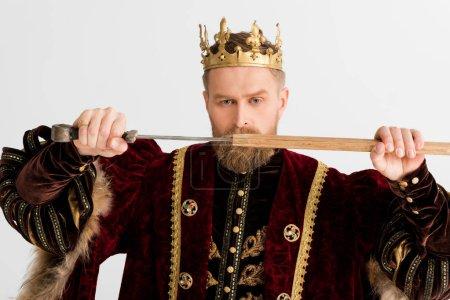 serio re con corona che tiene la sp...