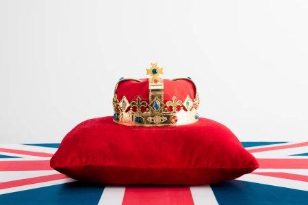corona dorata su cuscino e bandiera...