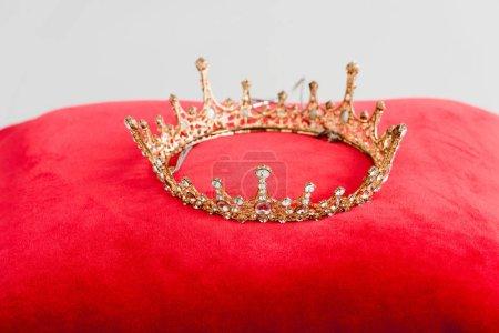 corona reale su cuscino rosso isola...