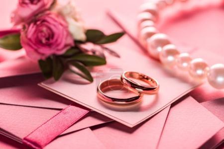 anelli di nozze, collana di perle e...
