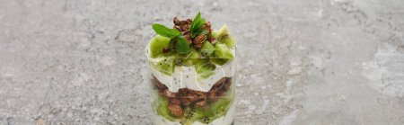 granola fresca con kiwi e yogurt in...
