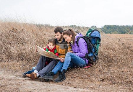 Famiglia con zaini guardando la map...
