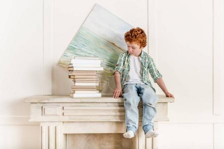 bambino e mucchio di libri
