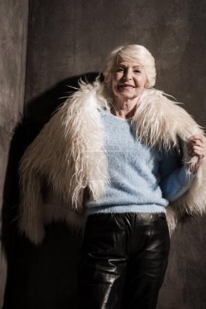 Senior donna in cappotto di pellicc...