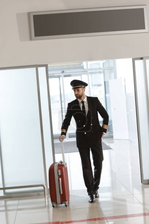 bel giovane pilota con valigia all'...