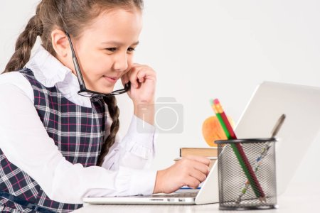 Studentessa alla scrivania con comp...