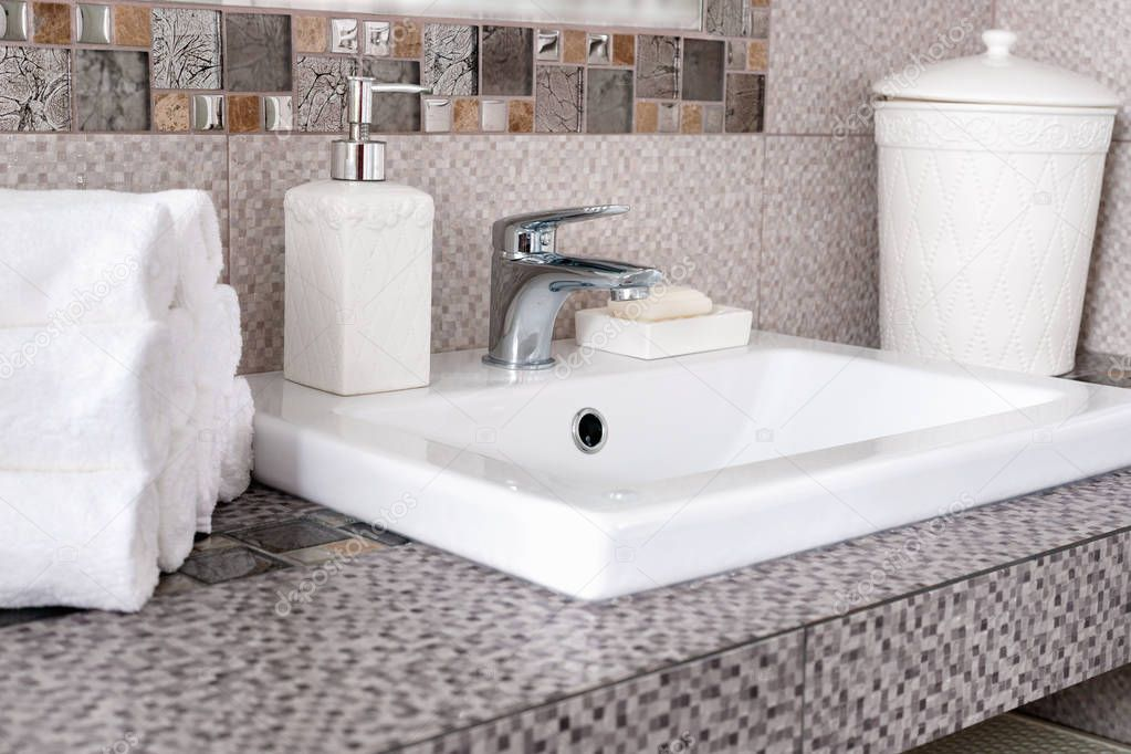 Ipastock pila di tovaglioli bianchi puliti su da appoggio in ceramica nel bagno moderno - Ceramica bagno moderno ...